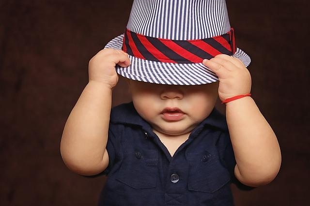 帽子で目を隠す子ども