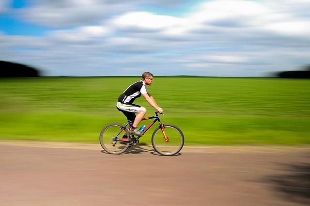 自転車をこぐ男