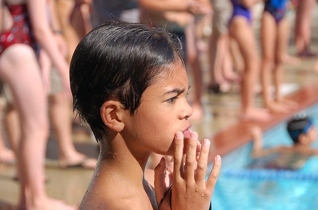 水泳の授業で唖然とする男の子