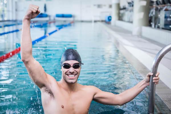 プールで喜ぶ男