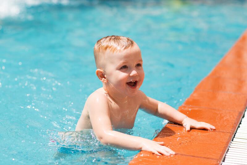 プールに入る赤ちゃん
