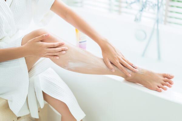 お風呂に入る女性の足