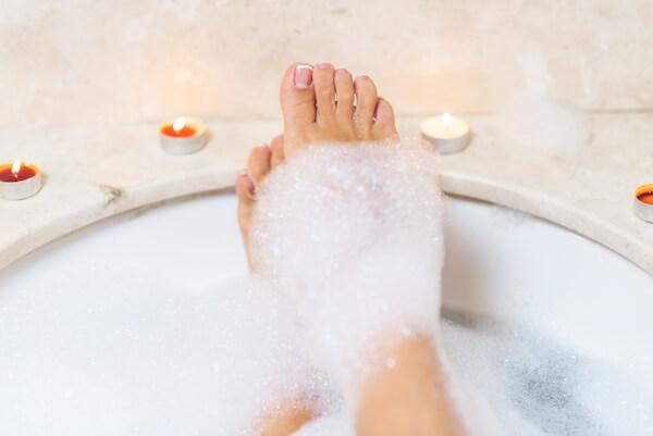 お風呂の泡がついた足