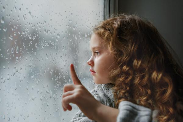 雨を見る女の子