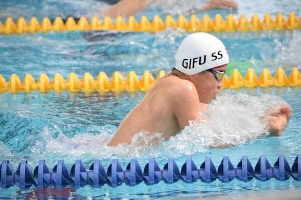 平泳ぎの選手