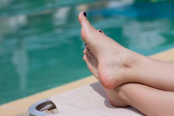 プールサイドの足