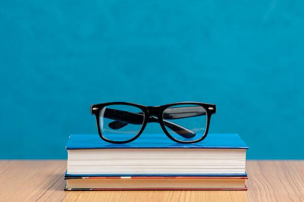 本の上にメガネ
