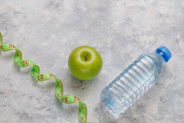 水と青リンゴ