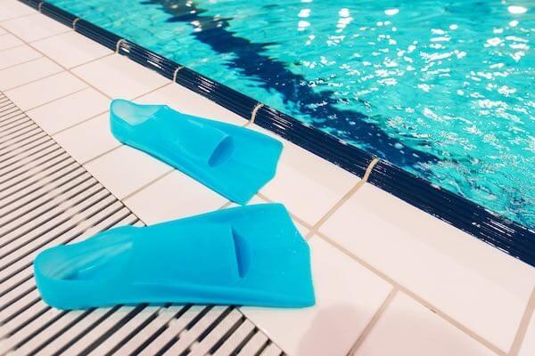プールサイドに置かれてフィン
