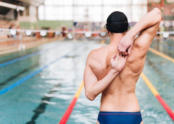 水泳選手の背中