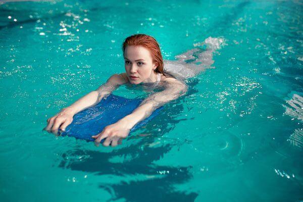 ビート板で泳ぐ女性