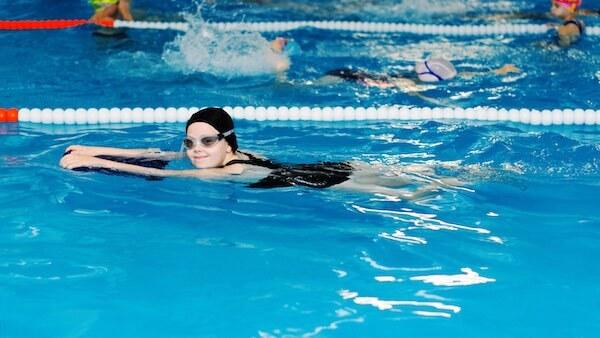 ビート板で泳ぐ女の子