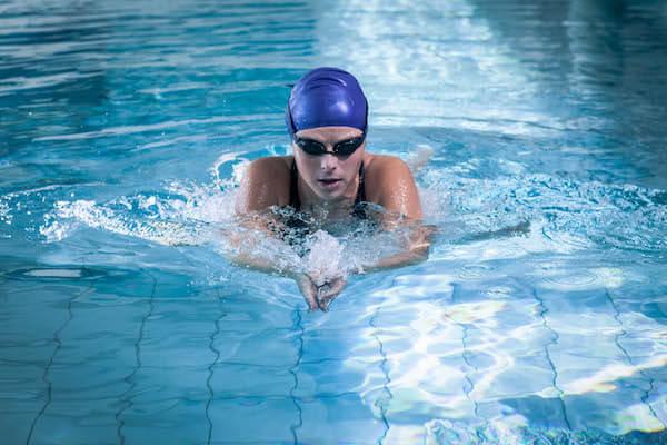 平泳ぎする女性